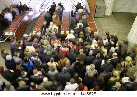 Multitudes en la escalera mecánica