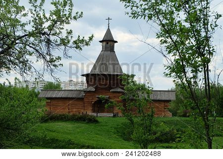 Moscow, Russia, May 12, 2018, Architectural Ensemble In Kolomenskoye Park, A Monument Of Wooden Arch
