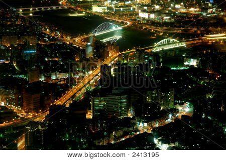 Blick auf die Stadt bei Nacht