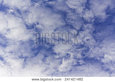 Nubes Entre Un Bonito Cielo Azul De Primavera