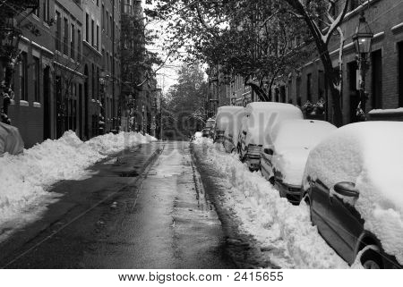 Coches cubiertos de nieve