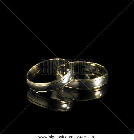 Anillos de boda en dorso negro