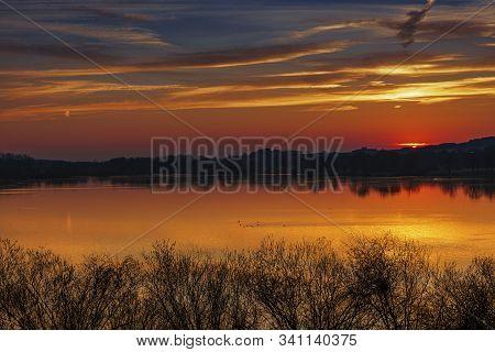 Sonnenuntergang Am Sommer An Einen See Mit Einer Schönen Wolkenformation.