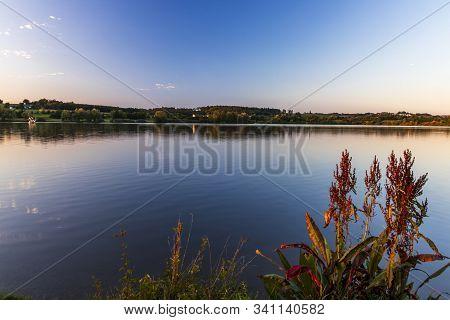 Abenddämmerung Im Spät Sommer An Einen See In Bayern.
