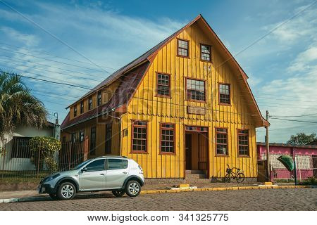Cambara Do Sul, Brazil - July 19, 2019. Facade Of Wooden Old House And Parked Car In A Stone Street