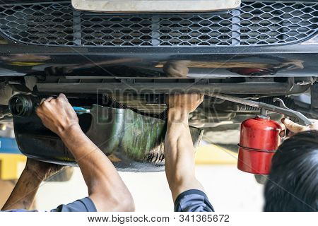 Repairman Or Mechanic During Use Inject Gun Flush Oil For Cleaning In Inside Cooling Tube For Modify