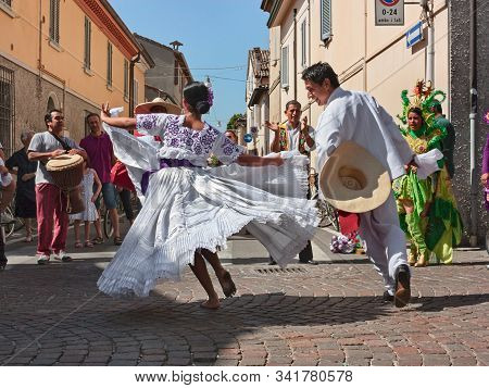 Ensemble Imágenes Del Peru - Couple Of Peruvian Dancers In White Dress Performs Traditional Courting