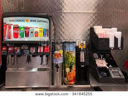 Queens Creek, Az - Nov 27, 2019: Carls Jr Fast Food Restaurant Old Fashioned Soda Machine With Tea.