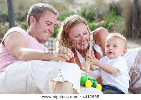Familia de joven feliz