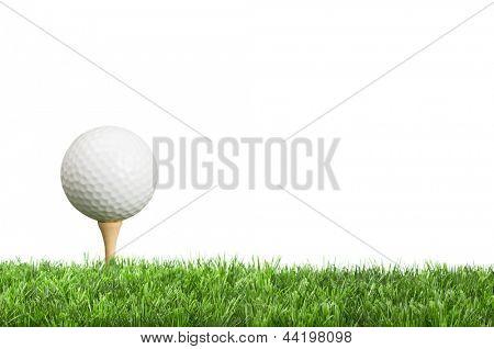 Bola de golfe no tee com fundo branco para espaço de cópia