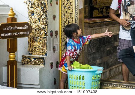 Wat Pho Temple Bangkok Thailand entrance children pickpocket 15.10.2015