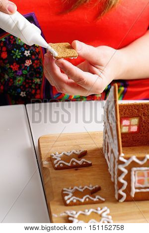 Making of christmas gingerbread house. Walls binding.