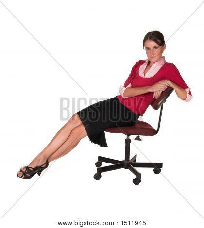 Professionelle junge weiße Lady schiefen Rücken In Bürostuhl, Roter Pullover und schwarzer Rock