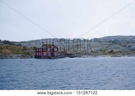 a red house right be the sea