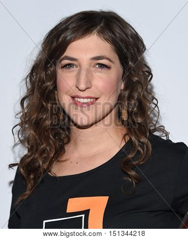 LOS ANGELES - SEP 09:  Mayim Bialik arrives to the Stand Up To Cancer 2016 on September 09, 2016 in Hollywood, CA