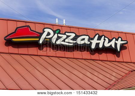 Kokomo - Circa October 2016: Pizza Hut Fast Casual Restaurant. Pizza Hut is a subsidiary of YUM! Brands II