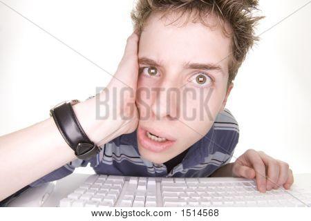 verärgert Teenager mit computer