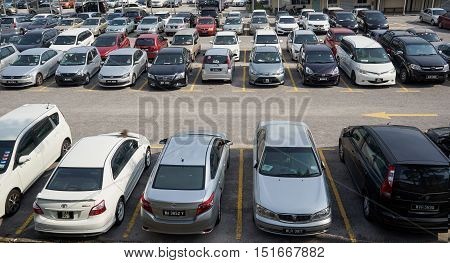 Kuala Lumpur MALAYSIA - 09 OCTOBER : Rows of the number of cars parked in a public parking lots in the holidays. Wilayah Persekutuan Kuala Lumpur 2016 .