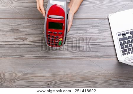 Seller Bringing Payment Terminal To Buyer