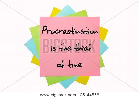 """Proverbio """"La procrastinación es el ladrón de tiempo"""" escrito en el montón de notas adhesivas"""