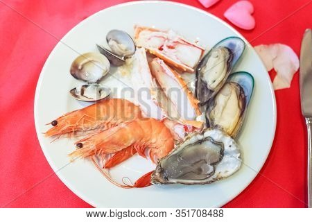 Seafood Platter Lover: Fresh Sweet Shrimps, Raw Snow Crab Meat, Mussels, Oyster, Clams And Enamel Ve