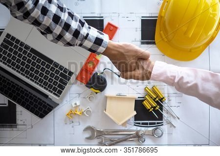 Hand In Hand Between Project Contractors And Customers Due To Negotiation Of Expenses And Investment