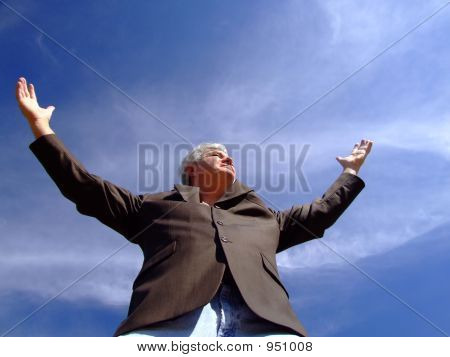 Starší muž s rukama nataženýma