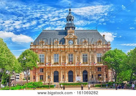 Paris, France - July 08, 2016 : Hotel De Ville In Paris, With Playing With Older Pensioners In The G