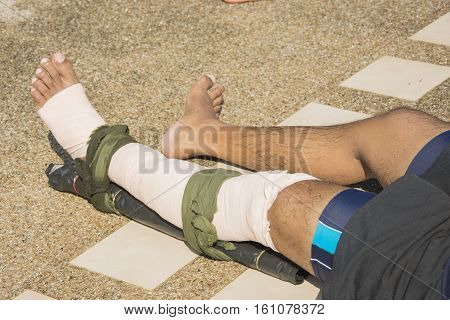 elastic bandage apply pressure immobilized technique or PIT wind around left leg