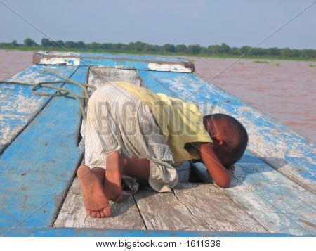 Small Khmer Children Weeping And Crying On A Boat, Tonle Sap Lake, Cambodgia
