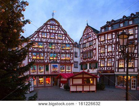 Marketplace on Christmas Eve at dusk, Bernkastel-Kues, Rhineland-Palatinate, Germany.