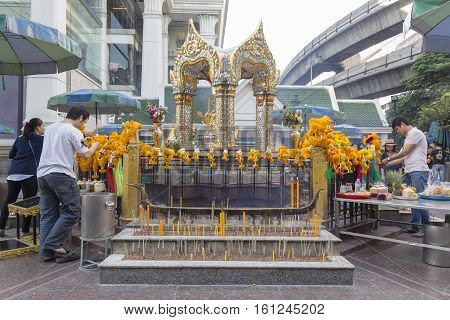 BANGKOKTHAILAND - NOV 26 : scene of worship in Erawan shrine at Ratchaprasong Junction on november 26 2016 Thailand. Erawan shrine is famously sacred place in bangkok
