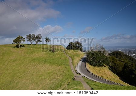 Mount Eden (or Maungawhau (Maungafau) ie mountain tree Whau (FAA) in the Maori language) - the highest point in Auckland (196 m above sea level). The mountain is famous for its volcano extinct 15 centuries nazad.Chasheobrazny crater on the top of the moun