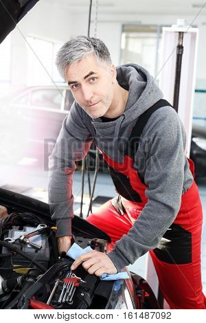 Replacing halogen. Replacing the bulb in the car. Car mechanic exchanges halogen bulb in car