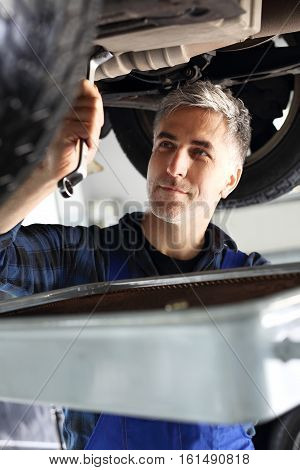 Mechanic mentions oil. Changing the oil in the car services. Car mechanic lists the engine oil in the car services.