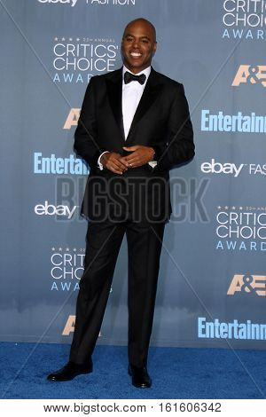 LOS ANGELES - DEC 11:  Kevin Frazier at the 22nd Annual Critics' Choice Awards at Barker Hanger on December 11, 2016 in Santa Monica, CA