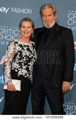 LOS ANGELES - DEC 11:  Susan Bridges, Jeff Bridges at the 22nd Annual Critics' Choice Awards at Barker Hanger on December 11, 2016 in Santa Monica, CA