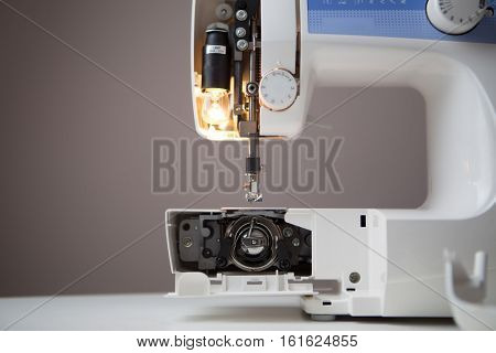 Sewing machine with open spool