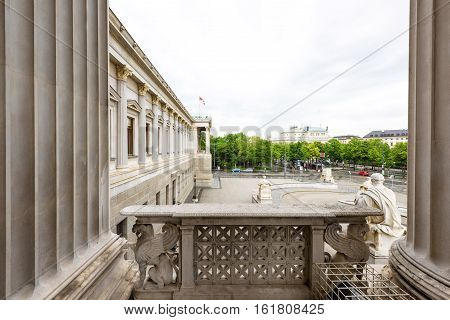 Photo view on ringstrasse street from the historic building of the austrian parliament in vienna