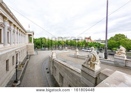 Photo view on ringstrasse street and statues from the historic building of the austrian parliament in vienna