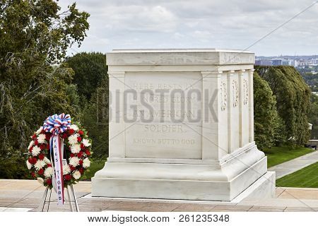 Arlington, Virginia, Usa - September 15, 2018: Wreath At The Tomb Of The Unknown Soldier In Arlingto