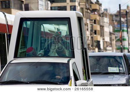 Edimburgo, Escócia, Reino Unido - 16 de setembro: O Papa Benedict XVI, em seu papamóvel viaja de princesa