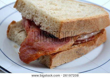 Un sándwich de tocino, con tocino de estilo inglés, visto close-up