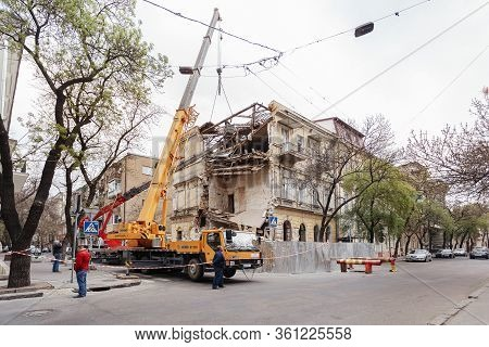 Odessa, Ukraine -04 09 2020 : The Collapse Of The Old Building On The St. Nakhimova, 3 Demolition Of