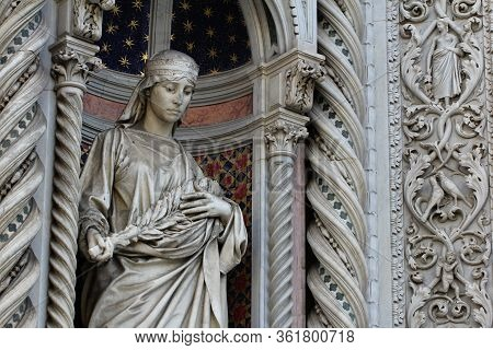 The Marvellous Human Statue Decorated On Florance Duomo, The Mistery Sculpture On Famous White Archi