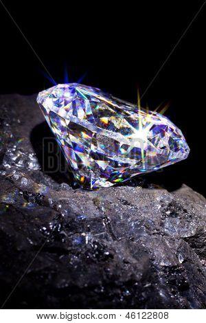 Único corte diamante em um pedaço de carvão para simbolizar os dois à base de carbono, estúdio tiro tomado uma