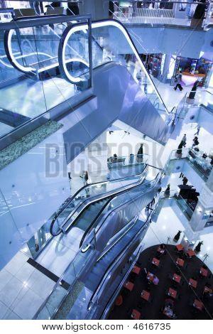 Rolltreppe in modernen Büro verschieben