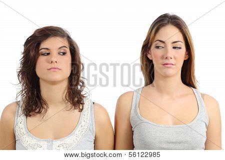 zwei Mädchen suchen einander wütend