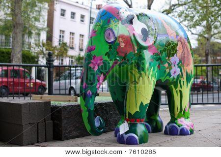 malte Satzung des asiatischen Elefanten-Baby in Holland Park, Mai 2. 2010, Teil des London Elefant parade