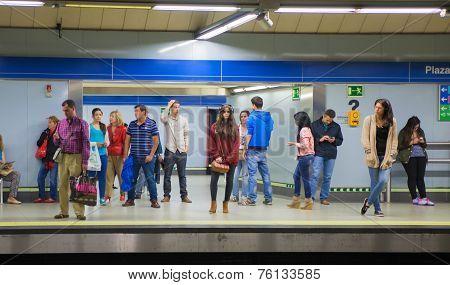 Madrid tube station, train arriving on a platform